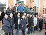 Cursisten Dordtologie 2018-II tijdens de stadswandeling op het bordes van het Museum aan de Maas aan de Wolwevershaven die de cursus afsloot. In de tussentijd werden de examen nagekeken.