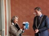 Na afloop van de diploma-uitreiking ontvangt burgemeester Kolff de volledige serie Verhalen van Dordrecht, ook een initiatief van het Historisch Platform Dordrecht.